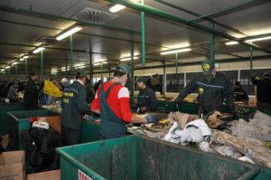 Ручная сортировка мусора. Сочинский мусоросортировочный завод © Анна Мартынова / Фотобанк Лори