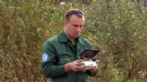 Инженер управляет квадрокоптером во время аэросъемки местности. Фото: РСИ