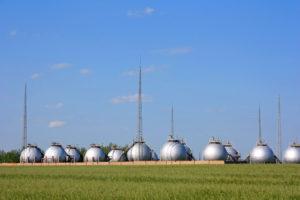 Газгольдеры для хранения газа в степи  © Константин Аникин / Фотобанк Лори