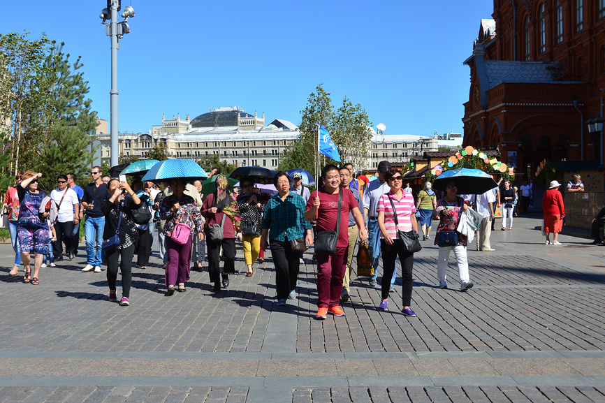 Туристическая группа на Манежной площади в Москве © lana1501 / Фотобанк Лори
